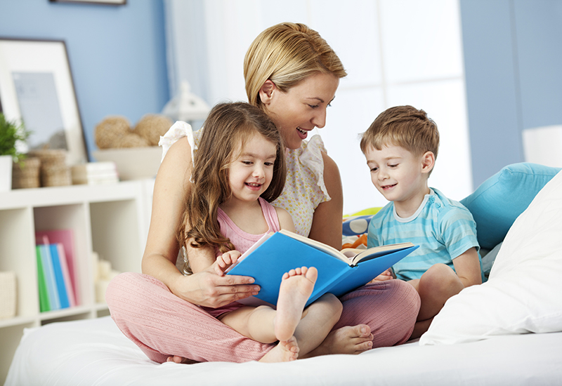 mom-reading-with-children